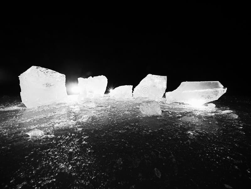 Pedazo de hielo machacado en fondo natural oscuro Textura auténtica imagen de archivo libre de regalías