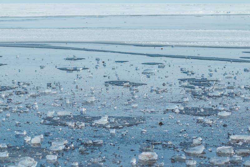 Pedazo de hielo transparente con la estructura muy bonita que miente el mar congelado y el día soleado Foco selectivo Invierno de imagen de archivo libre de regalías
