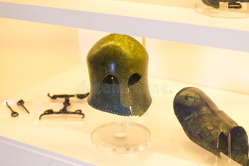 Pedazo de la armadura del casco del gladiador en el museo de Pompeya imagen de archivo libre de regalías