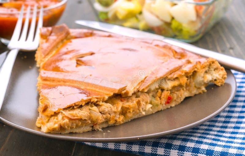 Pedazo de la empanada relleno con el atún imagen de archivo