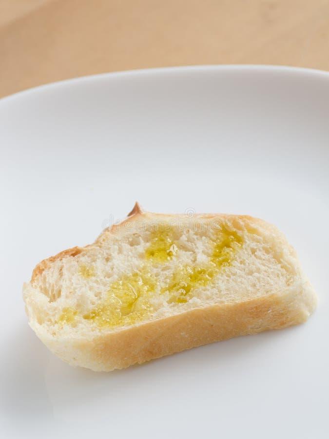 Pedazo de pan francés con aceite de oliva imágenes de archivo libres de regalías