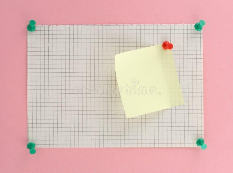 Pedazo de papel ajustado con el post-it imagenes de archivo