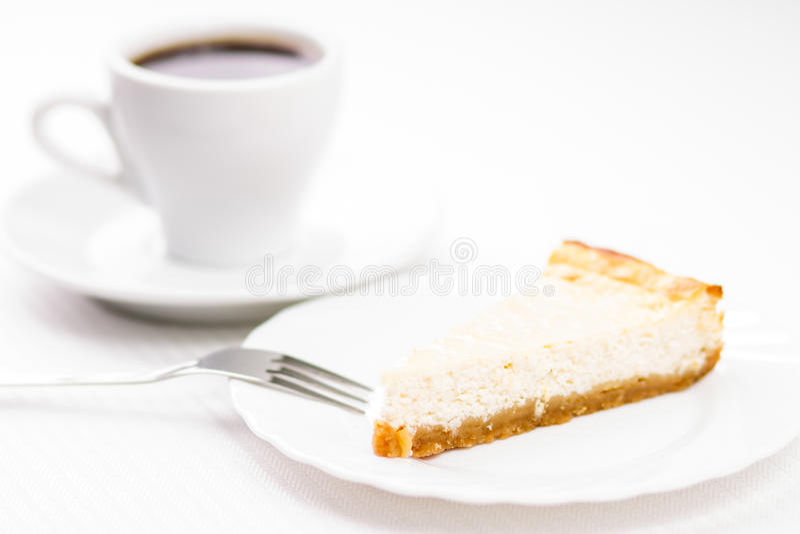 Pedazo de pastel de queso cocido fresco con la taza de café del espesso fotografía de archivo libre de regalías