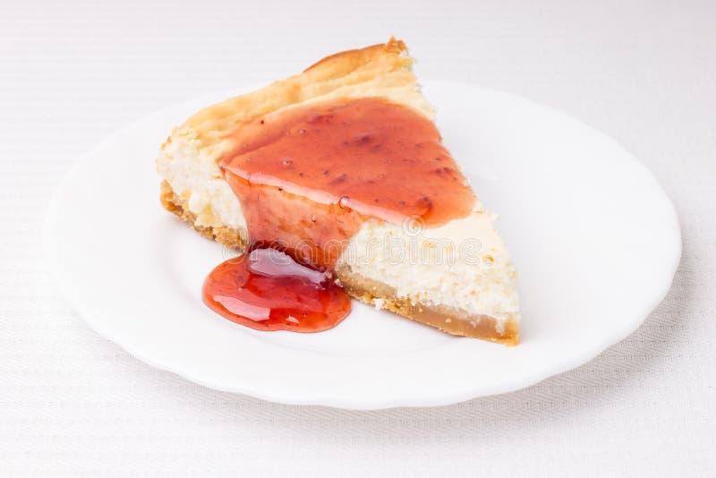 Pedazo de pastel de queso en el platillo blanco fotos de archivo libres de regalías
