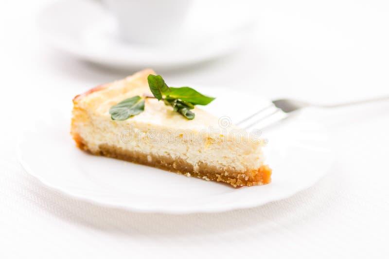 Pedazo de pastel de queso en el platillo blanco imágenes de archivo libres de regalías