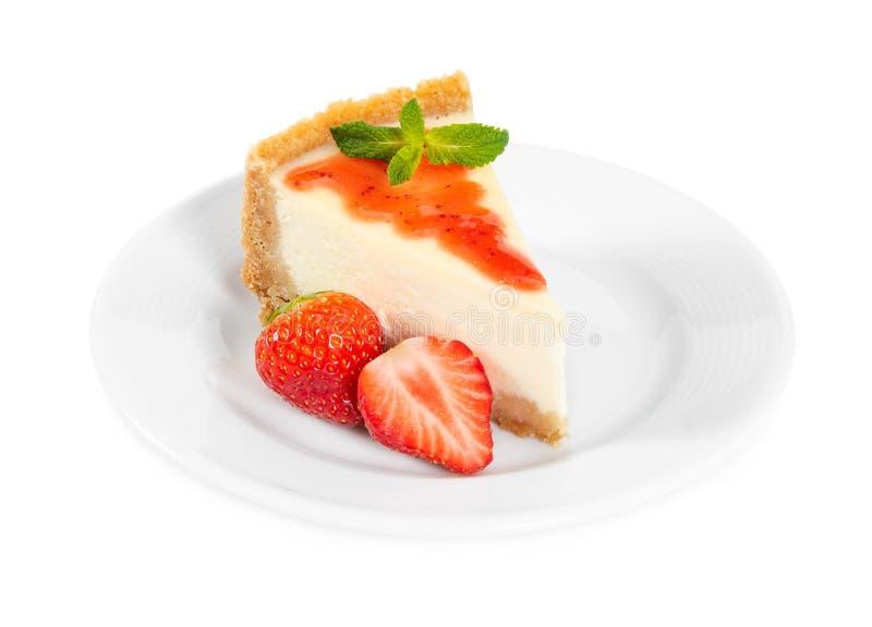 Pedazo de pastel de queso con las fresas y la menta frescas fotografía de archivo