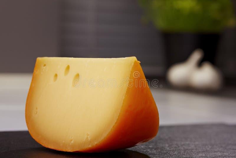 Pedazo de queso de Gouda imagen de archivo libre de regalías