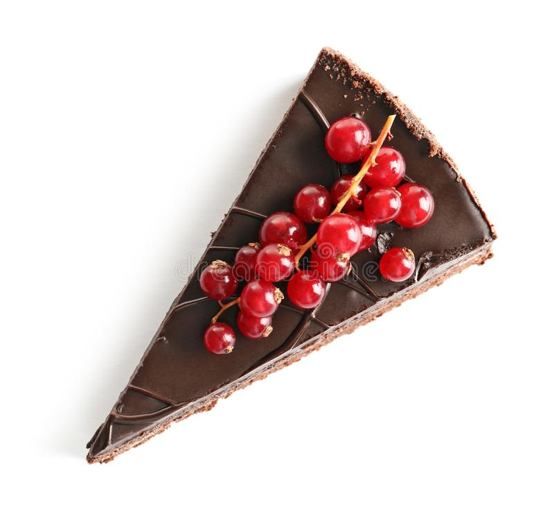 Pedazo de torta de chocolate hecha en casa sabrosa con las bayas en el fondo blanco foto de archivo