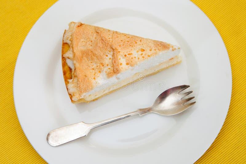 Pedazo de torta con la bifurcación en la placa blanca fotos de archivo