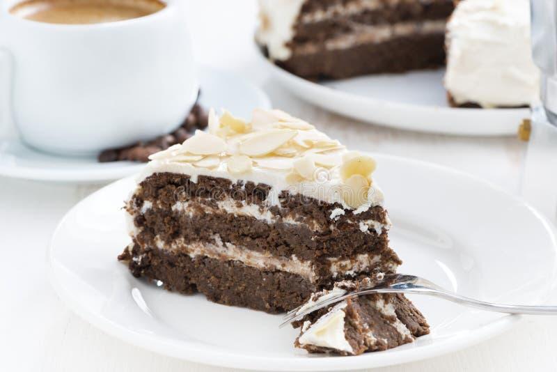 Pedazo de torta de chocolate deliciosa con crema en la placa foto de archivo libre de regalías