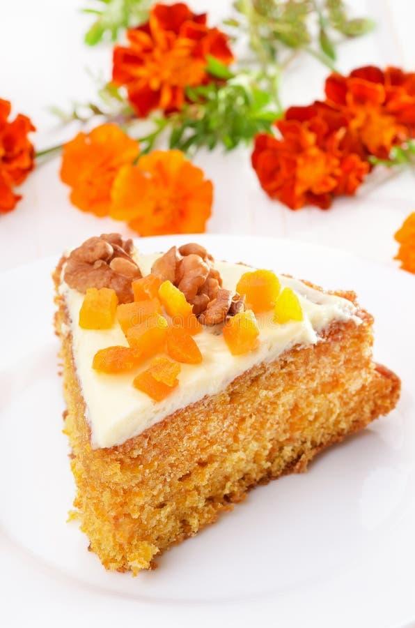 Pedazo de torta de zanahoria con la formación de hielo imagen de archivo