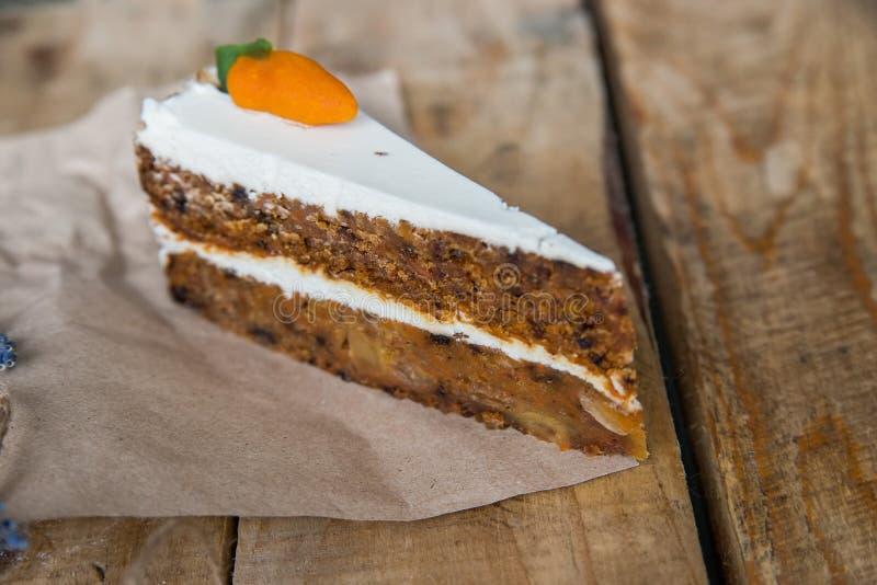 Pedazo de torta de zanahoria en el papel fotos de archivo