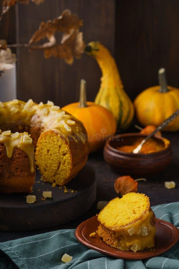 Pedazo de torta del bundt de la calabaza con el esmalte del azúcar y las frutas escarchadas imagen de archivo