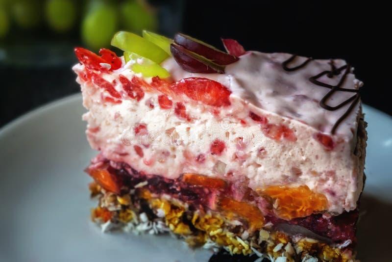 Pedazo de torta de la fruta de la jalea con leche en una placa blanca foto de archivo libre de regalías