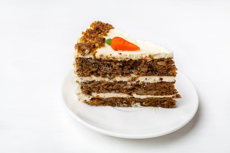 Pedazo de torta de zanahoria en una placa blanca imagen de archivo