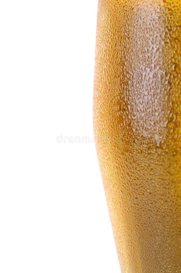 Pedazo de vidrio de cerveza con gotas foto de archivo