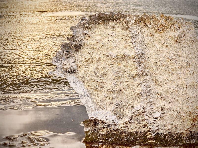 Pedazo del hielo en foto del foco selectivo Detalle la opinión en hendiduras profundas y burbujas congeladas fotos de archivo libres de regalías