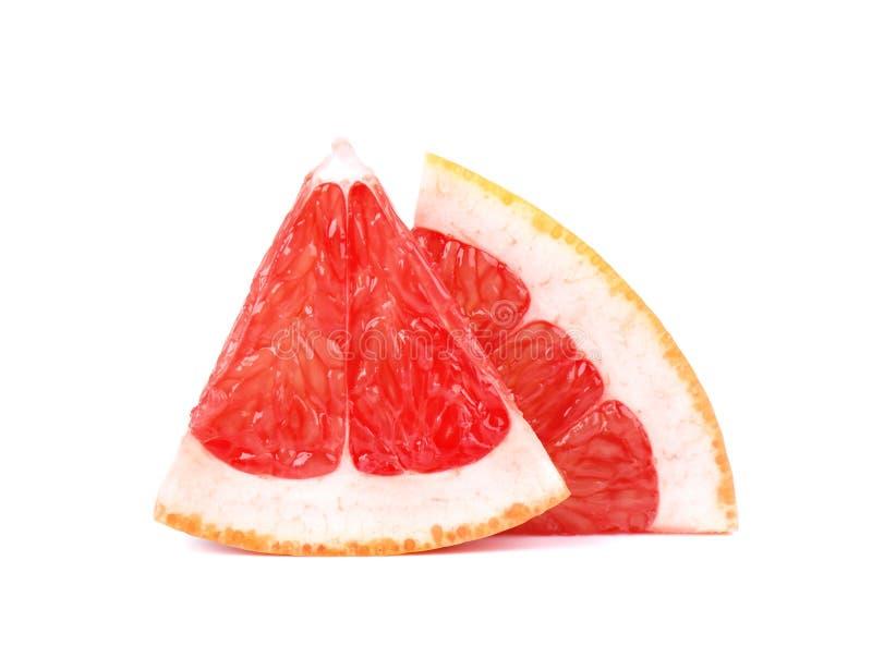 Pedazo del pomelo aislado en el fondo blanco Fruta fresca Con la trayectoria de recortes Pomelo fresco con las hojas verdes fotos de archivo