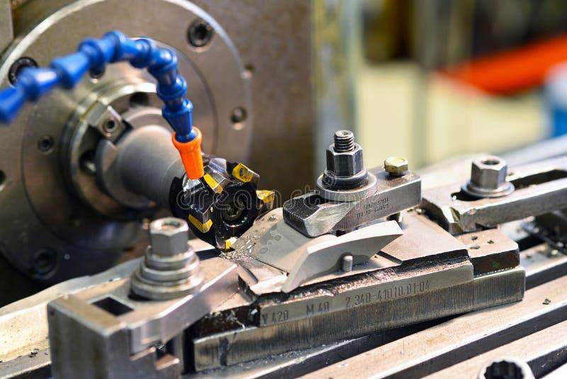 Pedazo del trabajo del metal de la fresadora del CNC que trabaja a máquina en un industrial foto de archivo libre de regalías