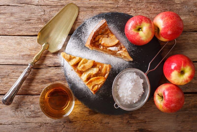 Pedazo delicioso de empanada de manzana con cierre del azúcar en polvo y del jugo imagen de archivo