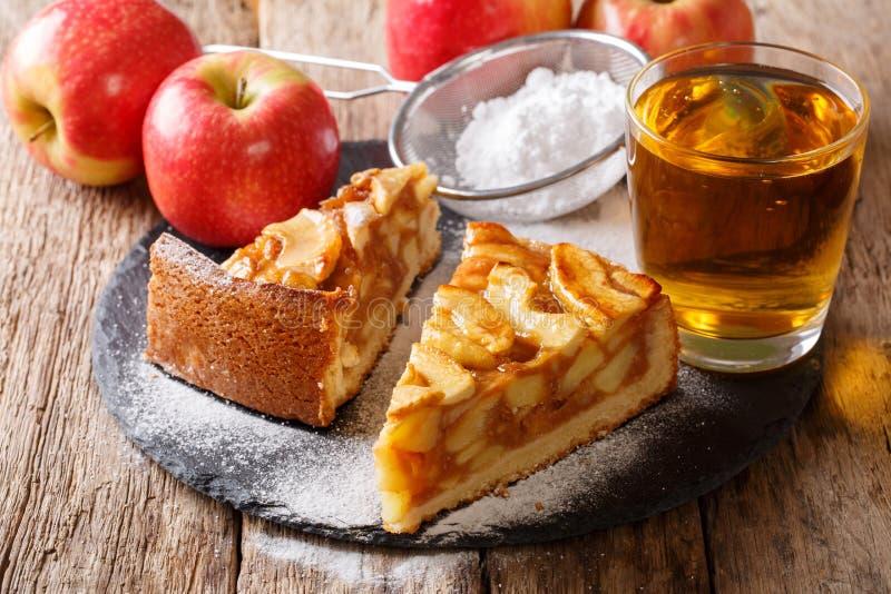 Pedazo delicioso de empanada de manzana con cierre del azúcar en polvo y del jugo fotos de archivo libres de regalías