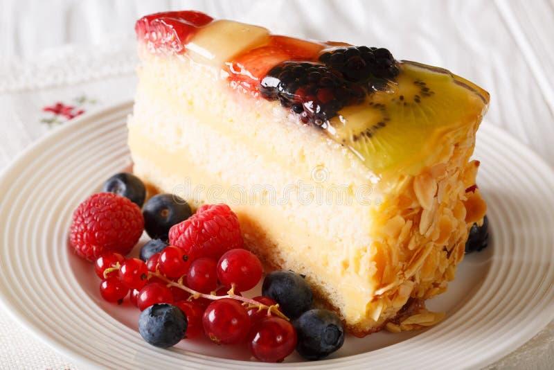 Pedazo delicioso de jalea de la torta de la fruta en una placa horizontal imagen de archivo libre de regalías