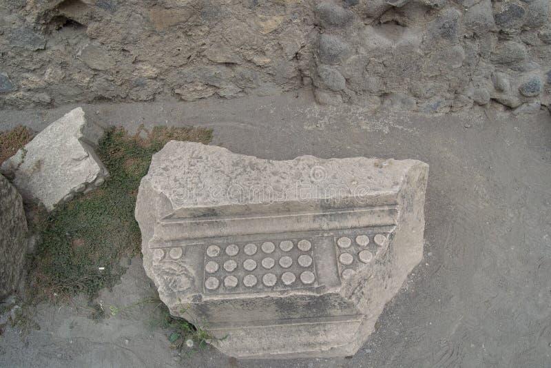Pedazo grande de piedra de un edificio italiano viejo en la ciudad de isquiones fotos de archivo