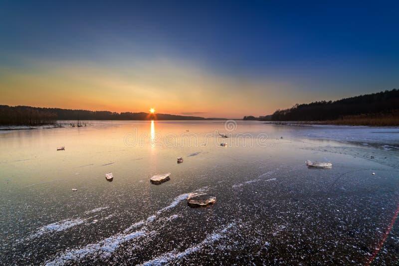 Pedazo hermoso de hielo en el lago congelado en el amanecer foto de archivo