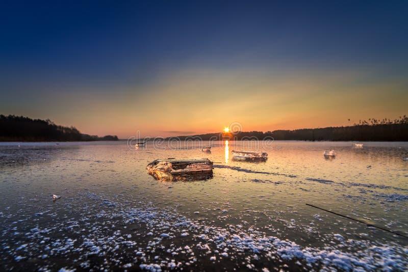 Pedazo hermoso de hielo en el lago congelado en la puesta del sol imágenes de archivo libres de regalías