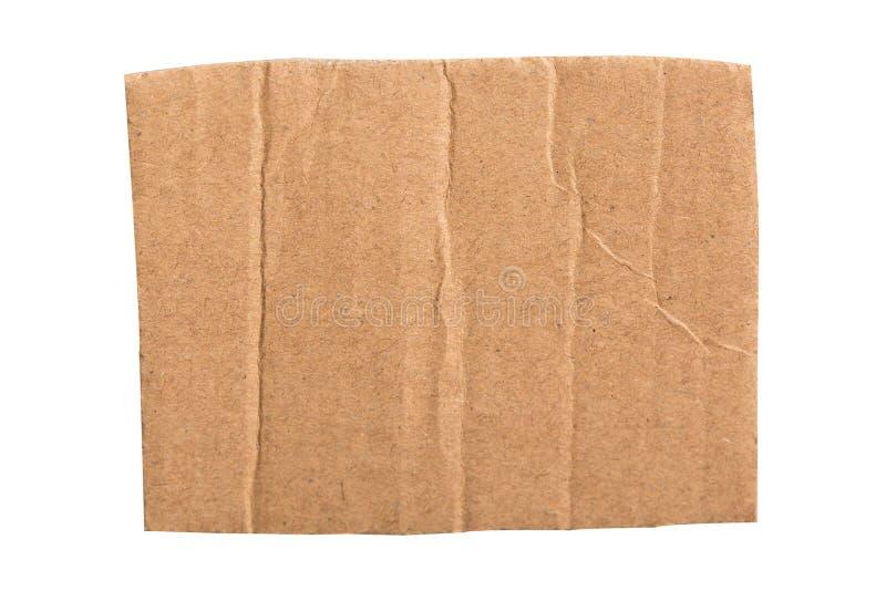 Pedazo rasgado de la cartulina acanalada de Brown en el fondo blanco fotografía de archivo