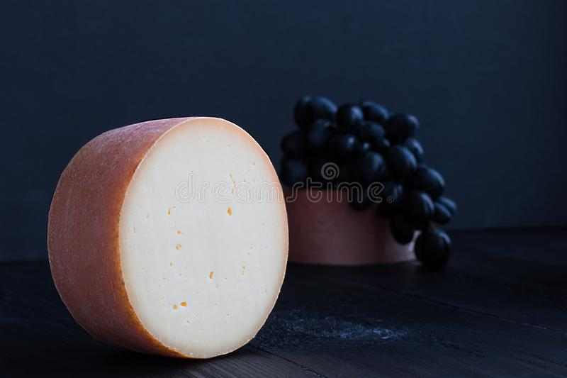 Pedazo redondo de queso de tete de moine de Suiza imagen de archivo