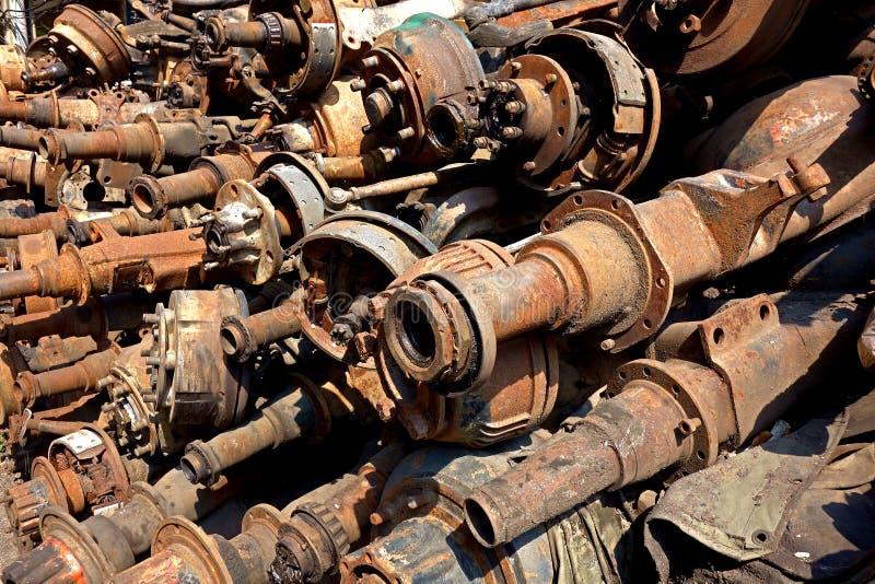 Pedazo Rusty Axels del desguace y ejes impulsores imagenes de archivo