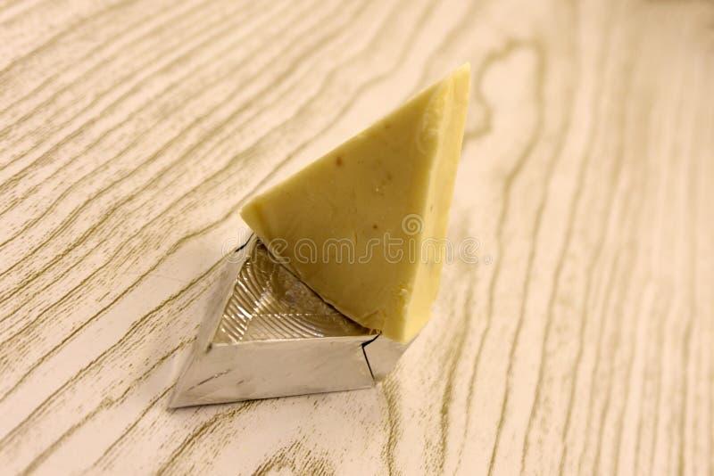 Pedazo y rebanadas de queso en el fondo blanco de la visión superior fotografía de archivo