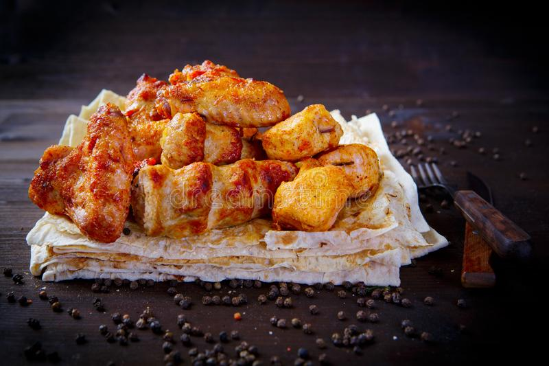 Pedazos clasificados de pollo frito Platos de la parrilla para el menú del restaurante Fondo de madera foto de archivo