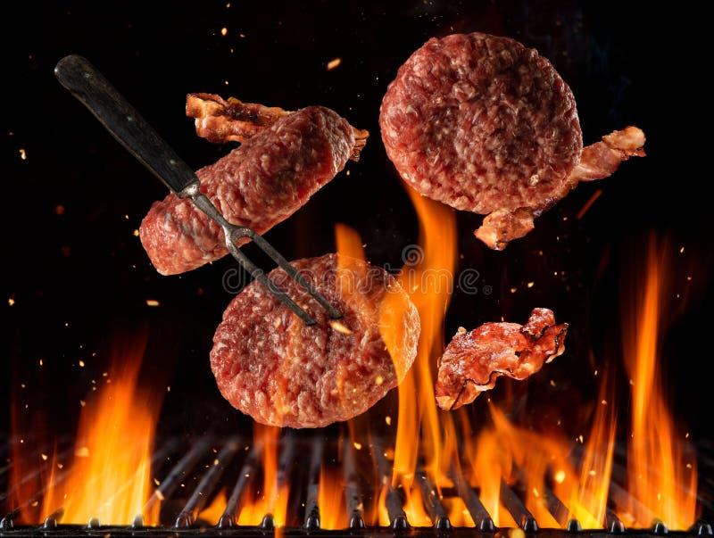 Pedazos crudos de las hamburguesas de la carne de vaca que vuelan ilustración del vector