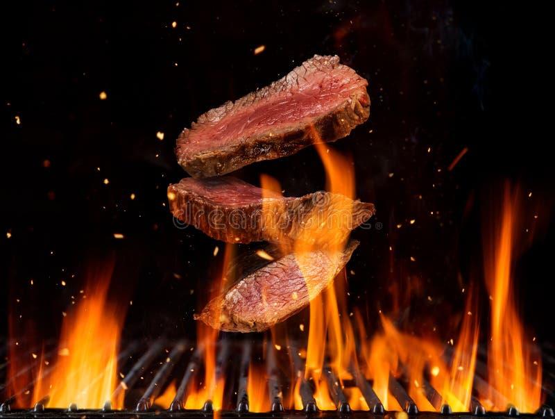 Pedazos crudos de los filetes de carne de vaca que vuelan libre illustration