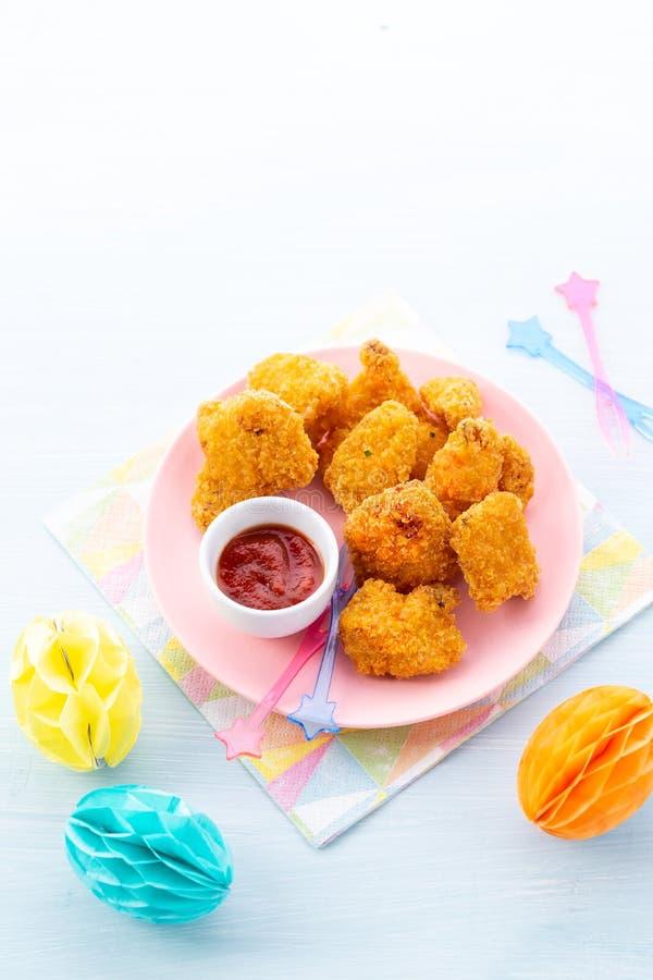 Pedazos crujientes de pollo frito y de salsa meridionales curruscantes en un fondo ligero con el espacio para el texto Comida del foto de archivo libre de regalías