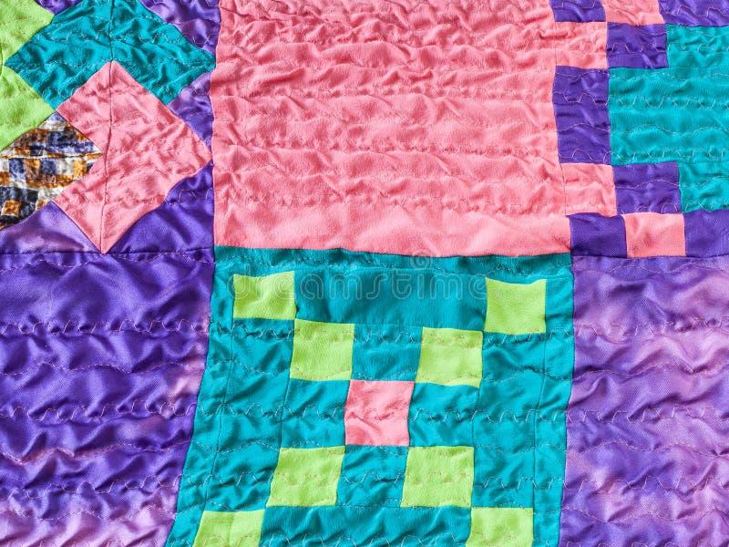 Pedazos cuadrados de telas en remiendo cosido imagen de archivo libre de regalías