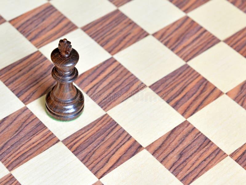 Pedazos de ajedrez de madera en el tablero de madera foto de archivo libre de regalías