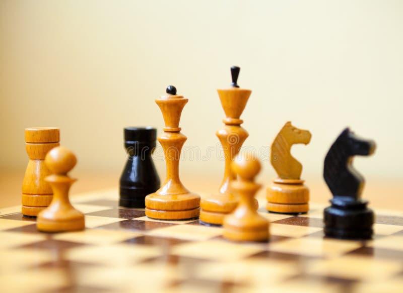 Pedazos de ajedrez en el tablero de ajedrez foto de archivo