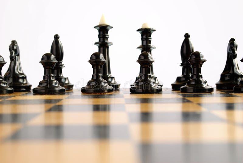 Pedazos de ajedrez en la tarjeta imagen de archivo