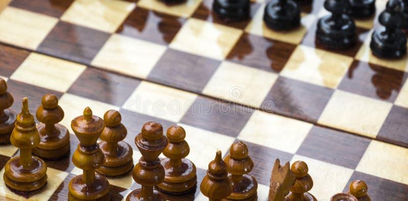 Pedazos de ajedrez en la tarjeta foto de archivo libre de regalías