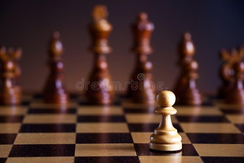 Pedazos de ajedrez en un tablero de ajedrez fotos de archivo libres de regalías