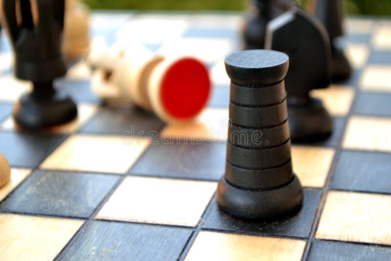 Pedazos de ajedrez en una tarjeta de ajedrez fotos de archivo libres de regalías