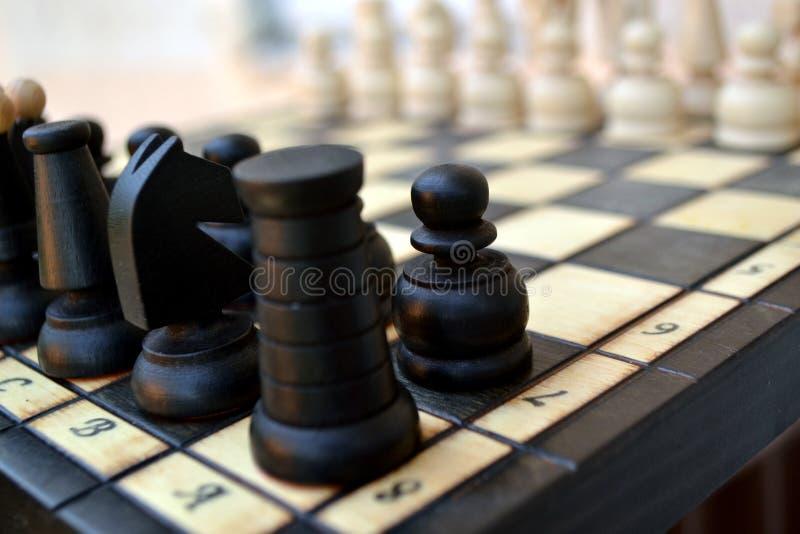 Pedazos de ajedrez en una tarjeta de ajedrez fotos de archivo