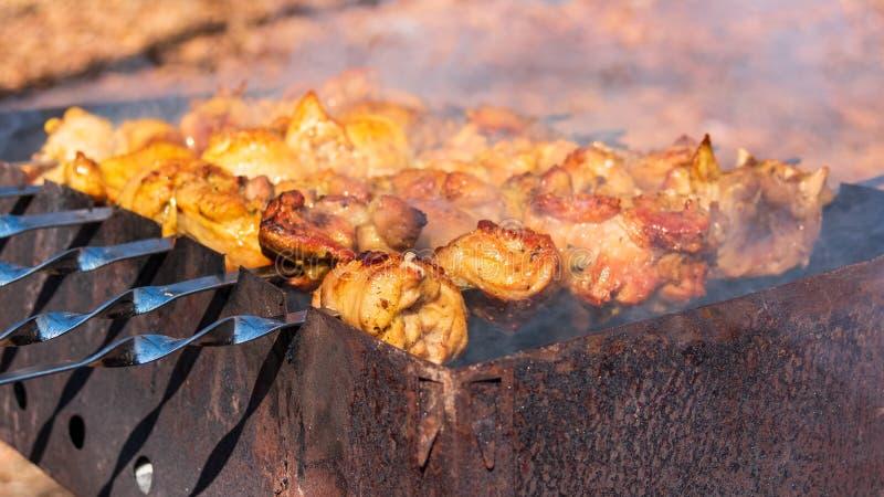 Pedazos de carne del pollo asados a la parrilla en la parrilla Plato tradicional y popular durante actividades al aire libre esta imagen de archivo