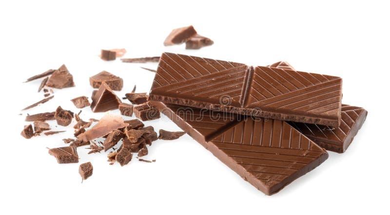 Pedazos de chocolate delicioso aislados en blanco imagen de archivo