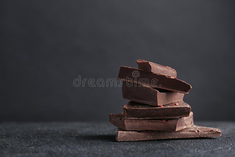 Pedazos de chocolate oscuro delicioso fotografía de archivo libre de regalías