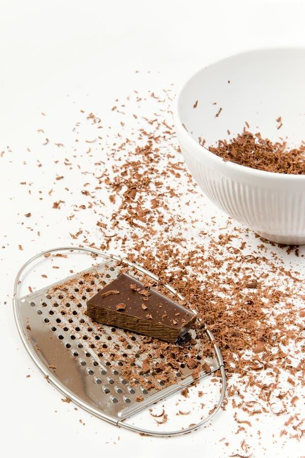 Pedazos de chocolate preparados para ser rallado foto de archivo libre de regalías
