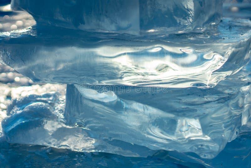 Pedazos de hielo azul claro del lago Baikal en la luz del sol del invierno Belleza de la naturaleza fotos de archivo libres de regalías